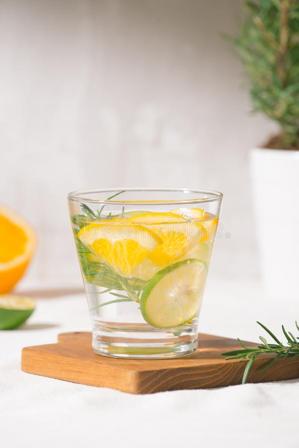 与柑橘、桔子和迷迭香的新鲜的夏天柠檬水 免版税库存图片