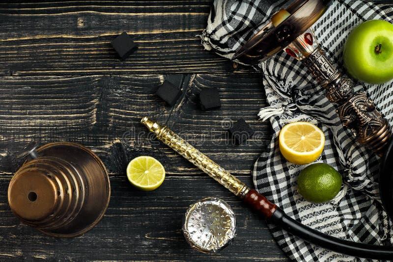 与柑橘和苹果混合物的烟草味道的阿拉伯水烟筒  库存图片