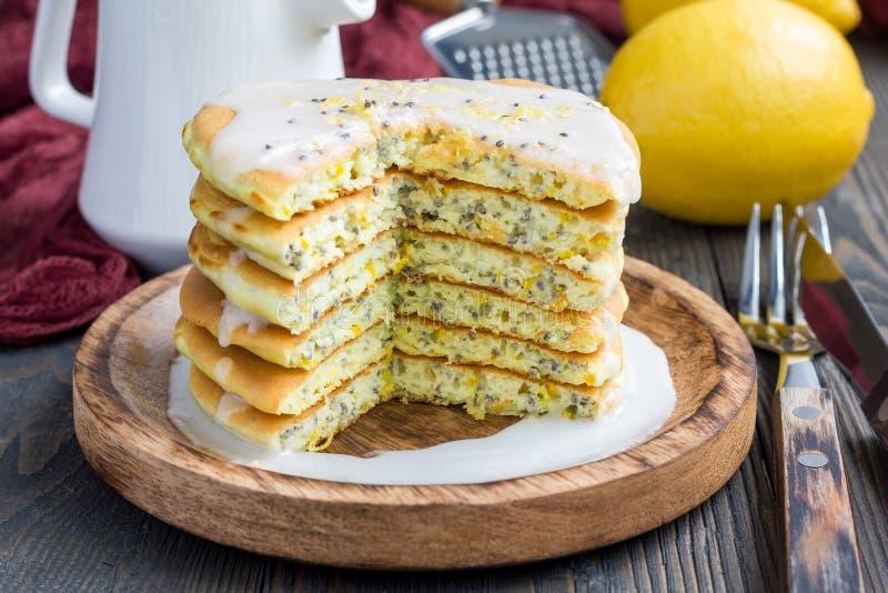 与柑橘釉的柠檬和chia种子薄煎饼,水平 免版税图库摄影