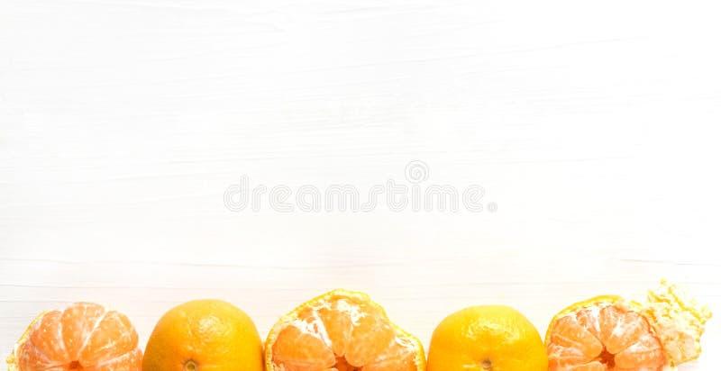 与柑橘,蜜桔的背景 在白色木背景的蜜桔 copyspace横幅 与柑橘的横幅 免版税图库摄影