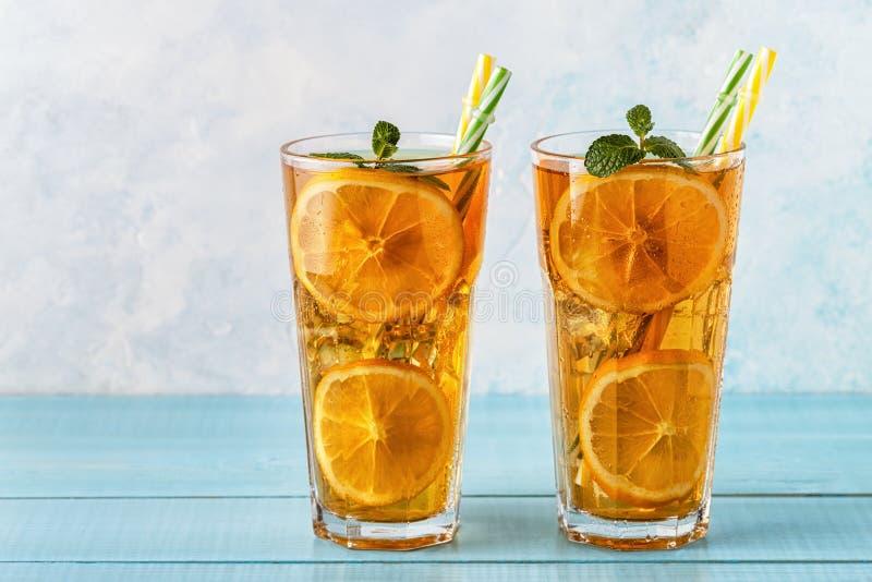与柠檬切片和薄菏的被冰的茶 免版税库存照片