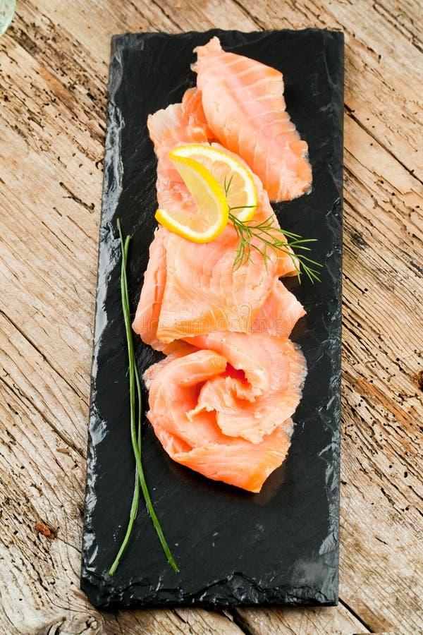 与柠檬和莳萝选择聚焦的熏制鲑鱼 库存图片