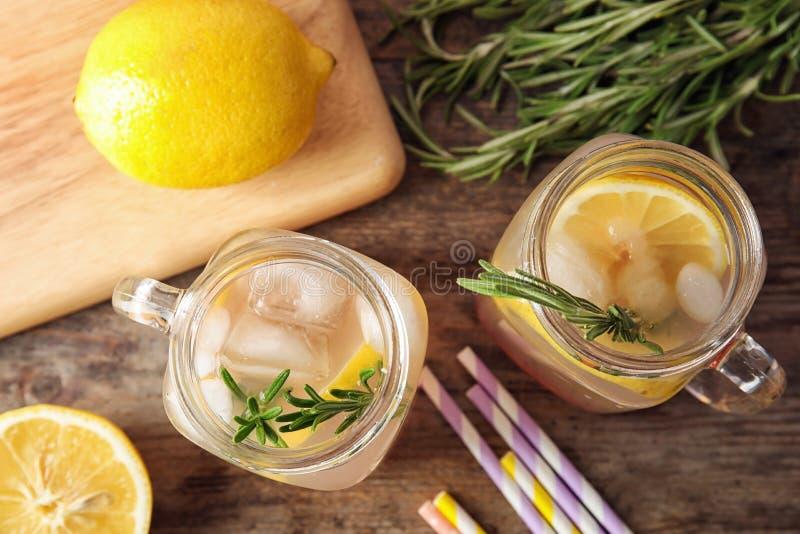 与柠檬和迷迭香cocktai的平的位置构成 库存照片