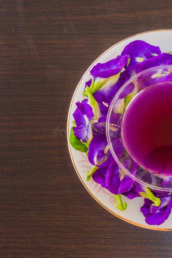 与柠檬汁蝴蝶豌豆花的泰国新鲜的健康草本饮料陈汁液 免版税库存图片