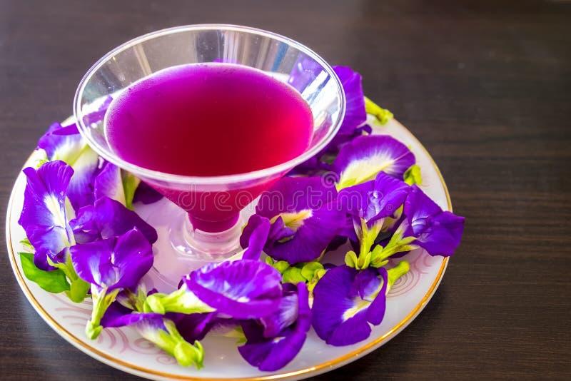 与柠檬汁蝴蝶豌豆花的泰国新鲜的健康草本饮料陈汁液 免版税图库摄影