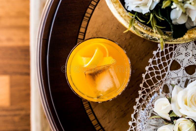 与柠檬皮和冰的橙色鸡尾酒古板的鸡尾酒 免版税图库摄影