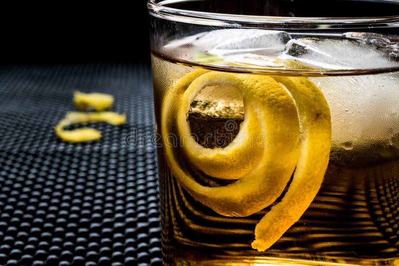 与柠檬皮和冰的Highball鸡尾酒 图库摄影