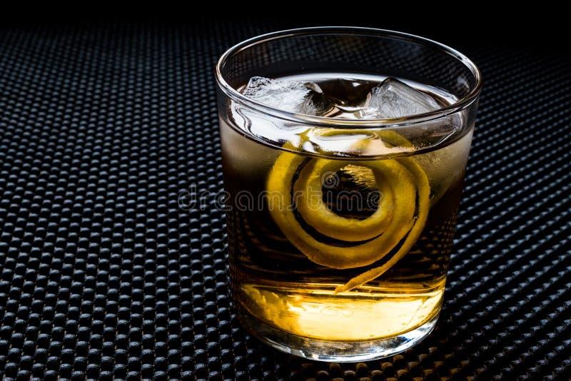 与柠檬皮和冰的Highball鸡尾酒 免版税图库摄影