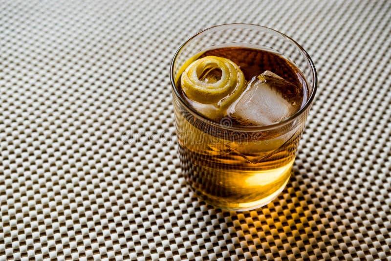 与柠檬皮和冰的Highball鸡尾酒 库存图片