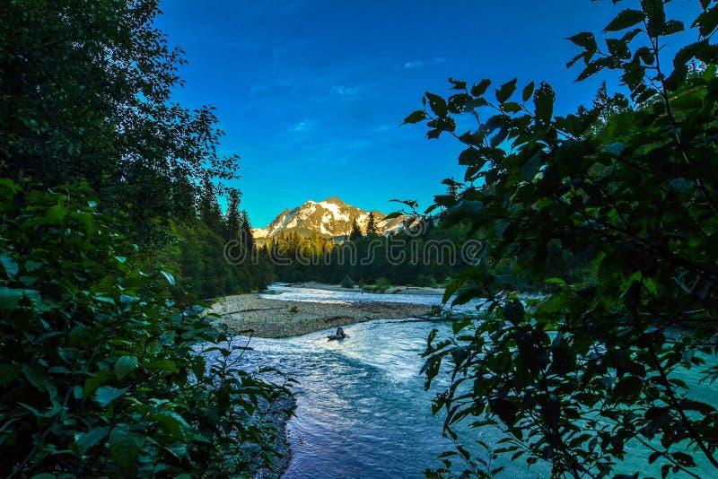 与查寻nooksack河的alpenglown的Mt Shuksan 库存照片
