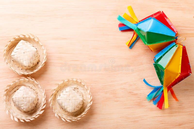 与柳条帽子的木背景巴西festivel的Festa J 免版税图库摄影