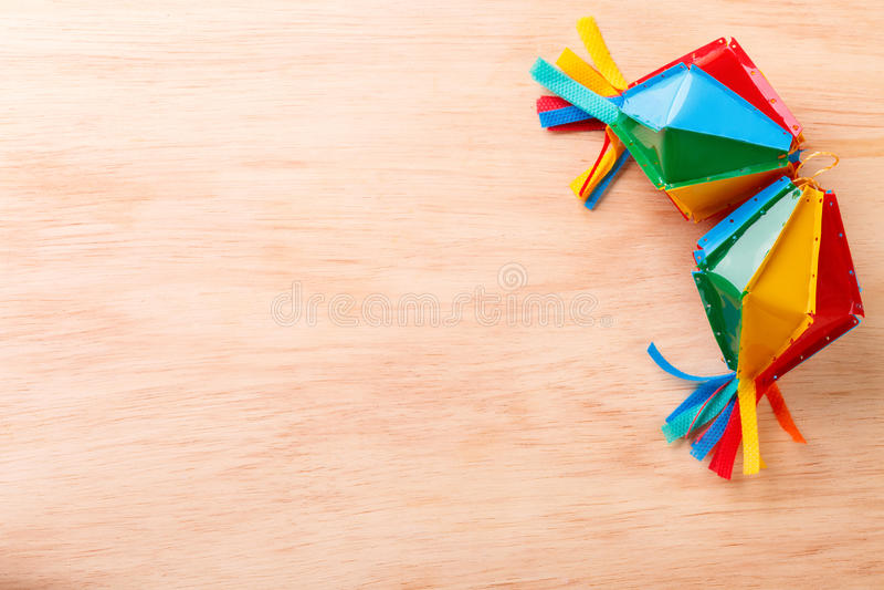 与柳条帽子的木背景巴西festivel的Festa Junina 库存照片