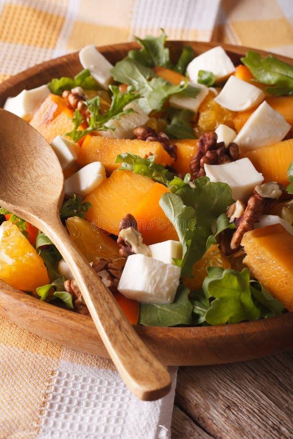 与柿子、芝麻菜和乳酪接近的新鲜的沙拉 Vertica 免版税库存照片