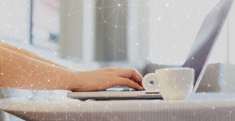 与栅格的技术链接与使用膝上型计算机的妇女 免版税库存照片