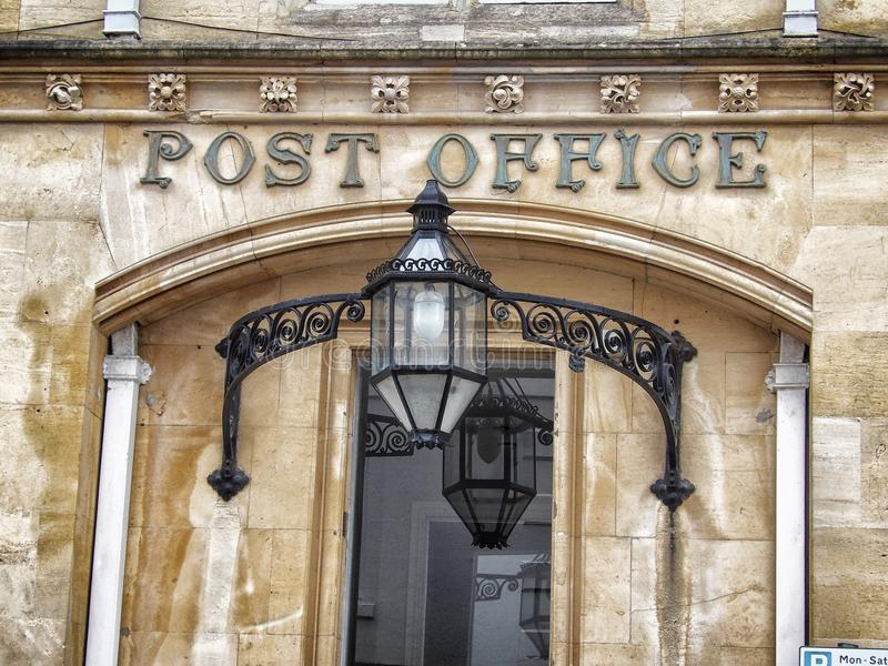 与标志的葡萄酒老邮局大厦在入口 库存照片