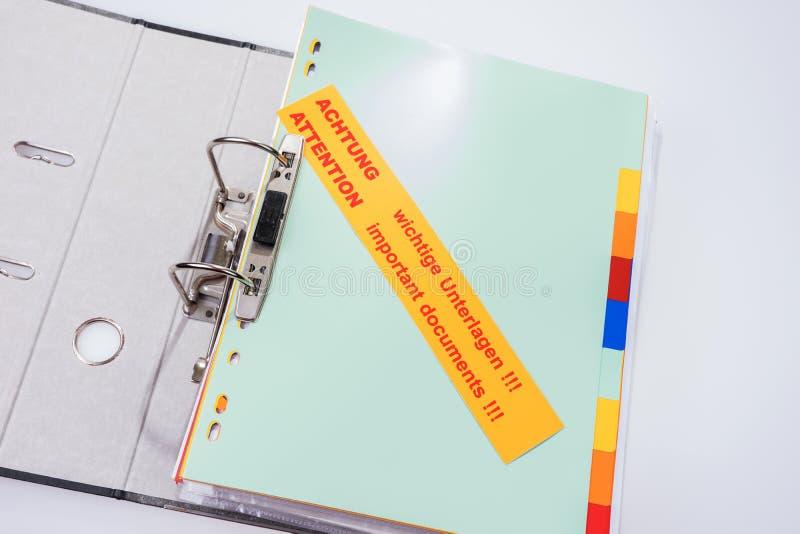 与标签-注意重要文件的文件夹!!!-英语和德语 图库摄影