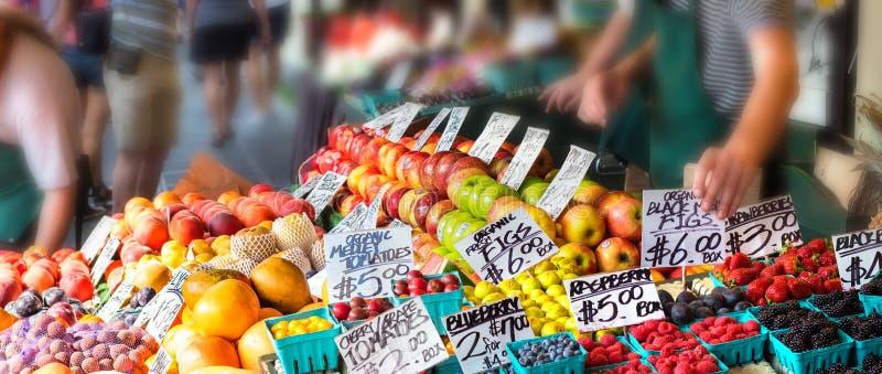 与标记价格的果子在户外立场 免版税图库摄影