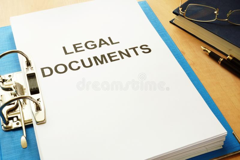 与标题法律文件的文件夹在办公室 免版税库存照片
