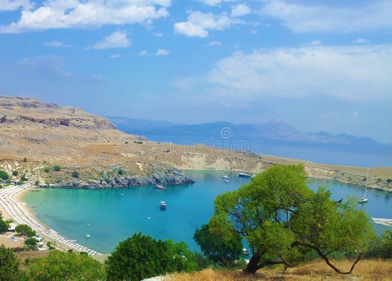 与树的海湾视图在Lindos,罗得岛,希腊 库存照片