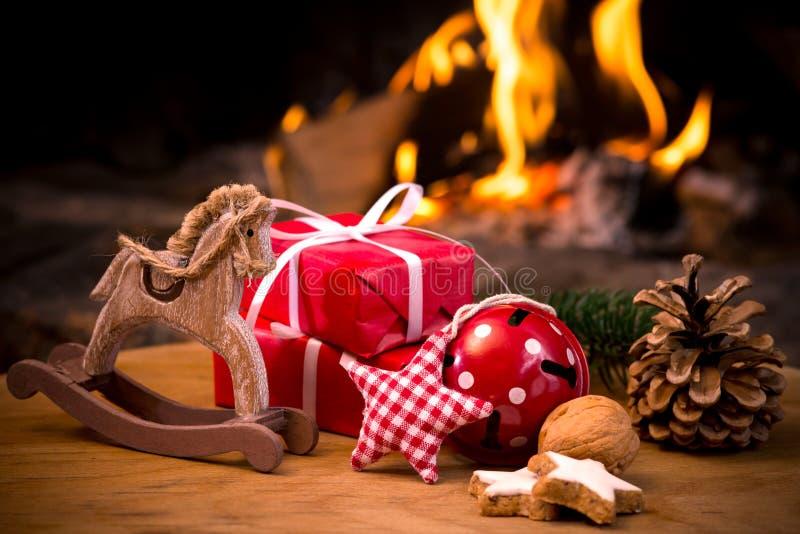 与树礼物的圣诞节场面 免版税库存图片