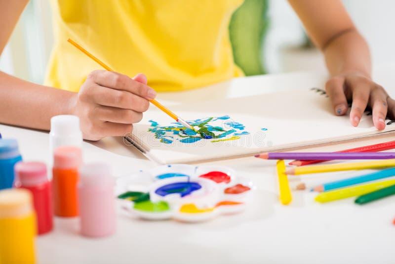 与树胶水彩画颜料的绘画 免版税库存照片