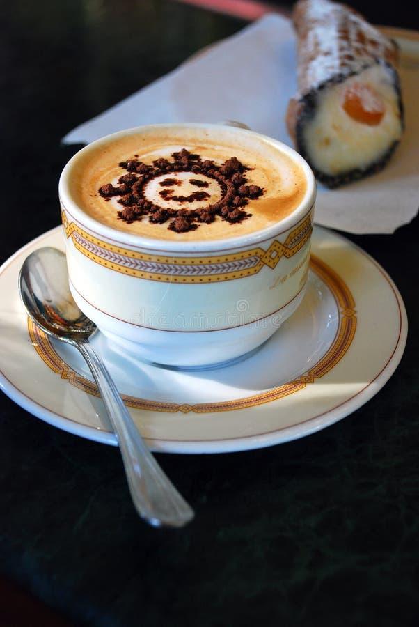 与样式太阳的咖啡热奶咖啡 免版税库存照片