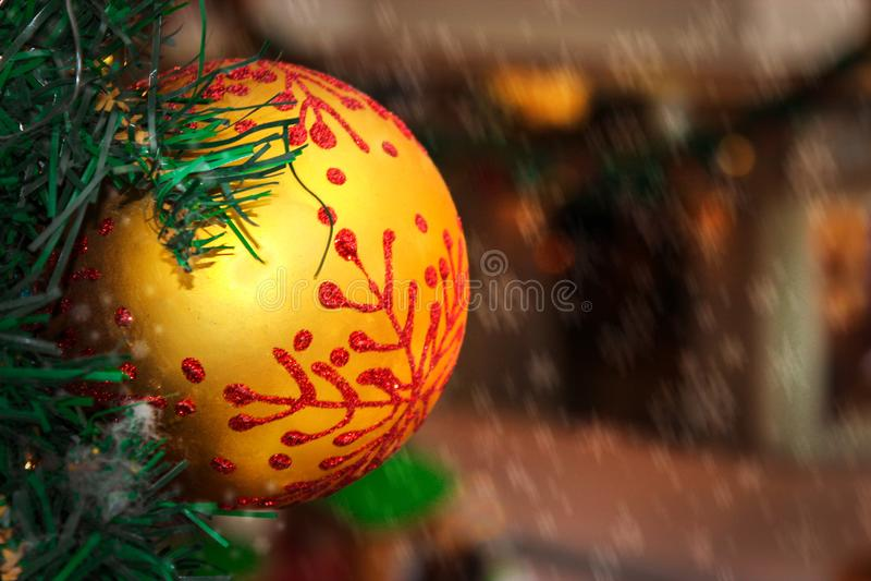 与样式的圣诞节玩具金黄球在圣诞树 特写镜头 免版税库存图片