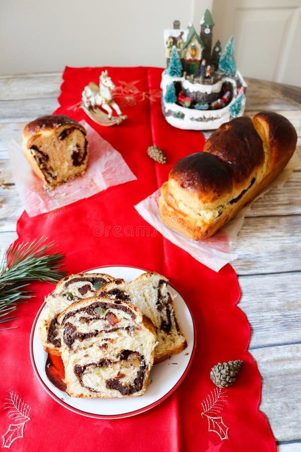 与核桃奶油的罗马尼亚甜面包cozonac 免版税图库摄影