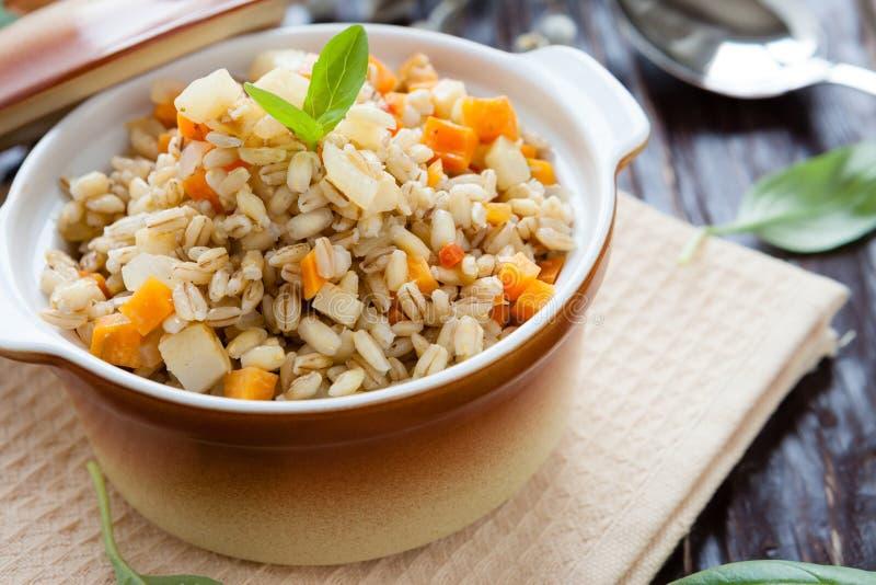 与根菜类的大麦粥在罐 库存照片