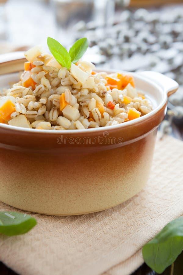 与根菜类的养育的大麦粥 库存图片