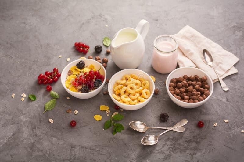 与格兰诺拉麦片的酸奶 免版税库存图片