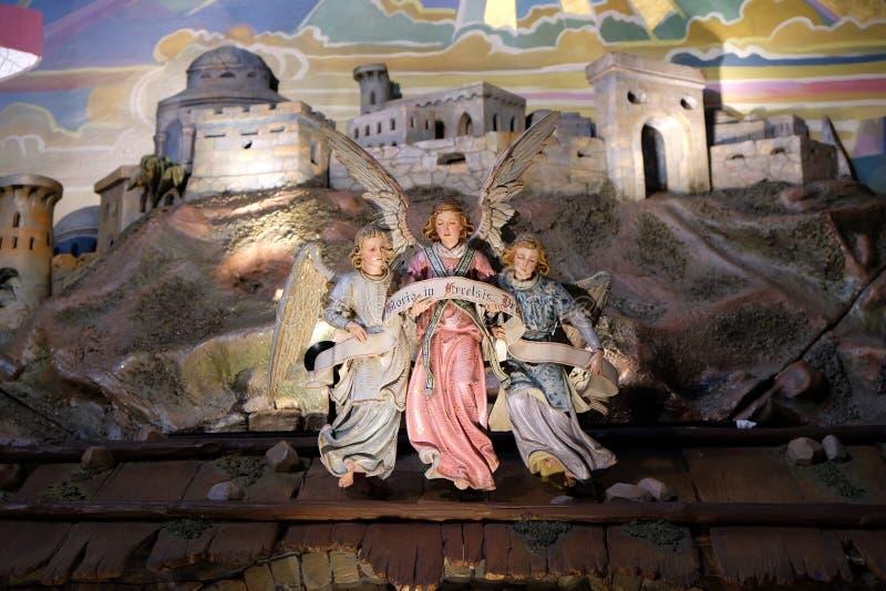 与格洛里亚的天使excelsis Deo横幅的,诞生场面在方济会教会里在格拉茨 免版税库存照片