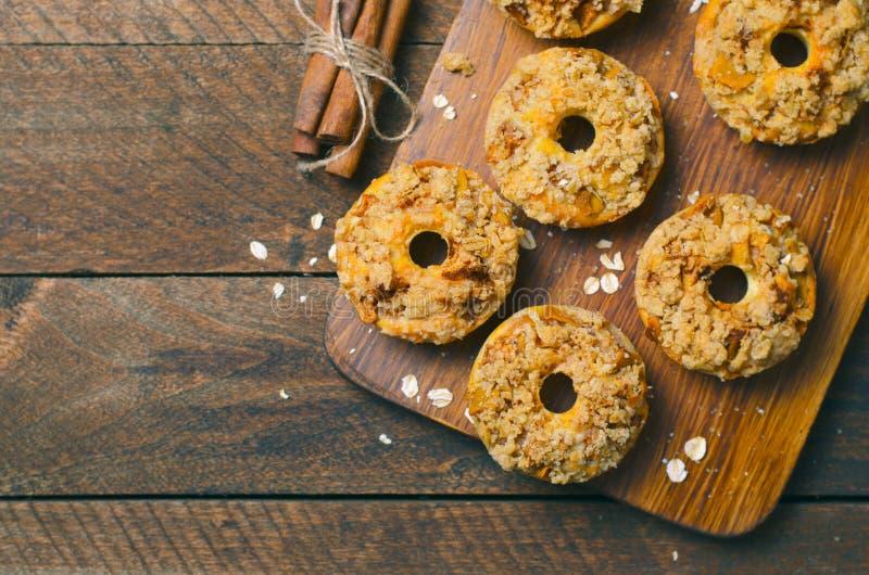 与桂香燕麦粥碎屑的苹果饼油炸圈饼,自创多福饼 免版税库存图片