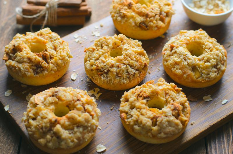 与桂香燕麦粥碎屑的苹果饼油炸圈饼,自创多福饼 免版税库存照片