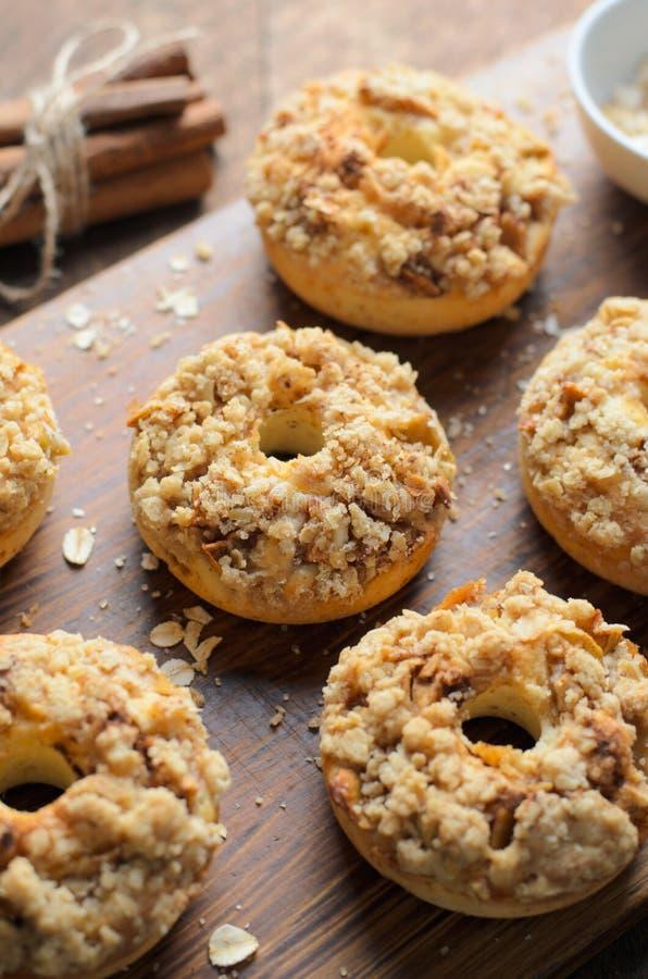 与桂香燕麦粥碎屑的苹果饼油炸圈饼,自创多福饼 图库摄影