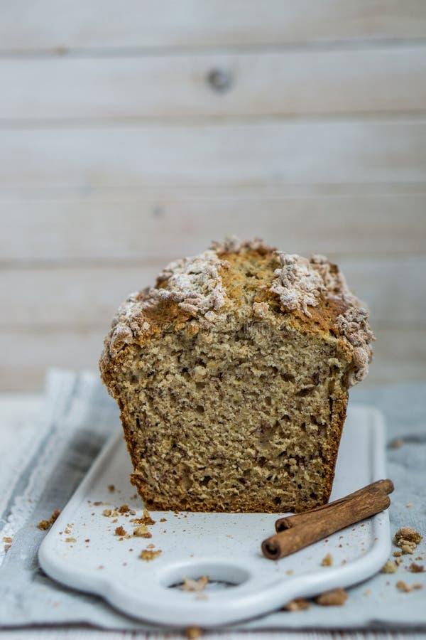 与桂香面包屑外套的软的颜色macaronBanana面包在有选择性的focuss的白色木背景关闭 库存照片