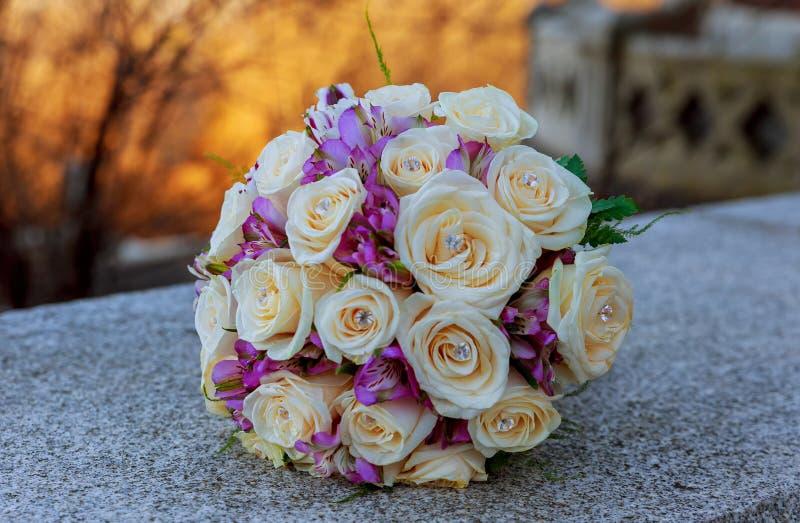 与桃红色和玫瑰的婚礼花束 免版税库存图片