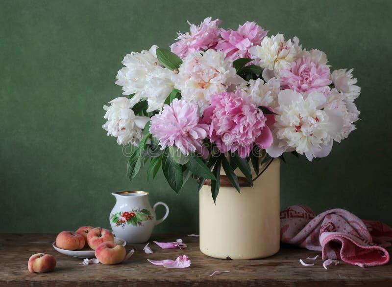 与桃红色和白色牡丹花束的静物画在罐头的 库存图片