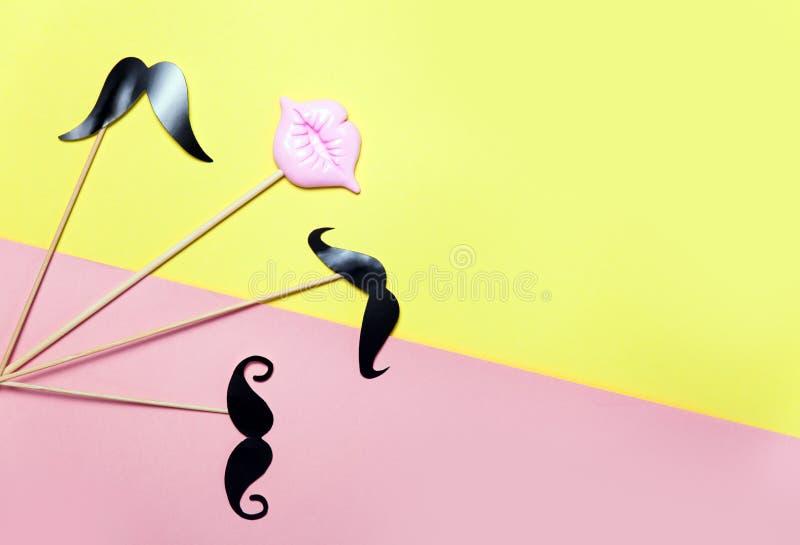 与桃红色嘴唇和髭的创造性的五彩纸屑背景 顶视图 免版税库存图片