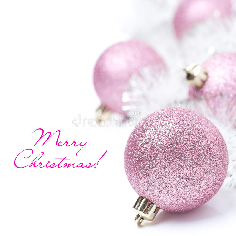 与桃红色圣诞节球和闪亮金属片的构成,被隔绝 免版税图库摄影