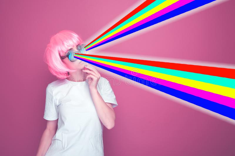 与桃红色头发的逗人喜爱的模型在独角兽颜色背景 霓虹时尚 免版税库存照片