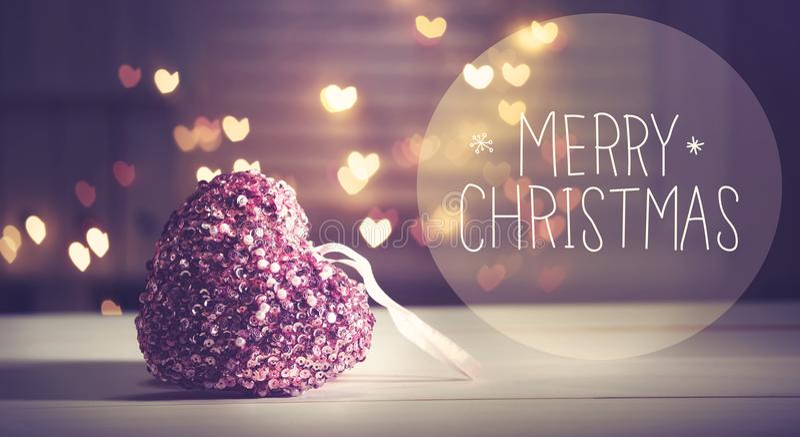 与桃红色心脏的圣诞快乐消息 库存照片