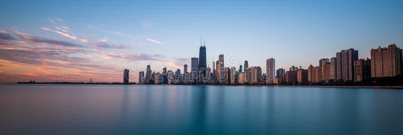 与桃红色日出光的芝加哥都市风景 免版税库存照片