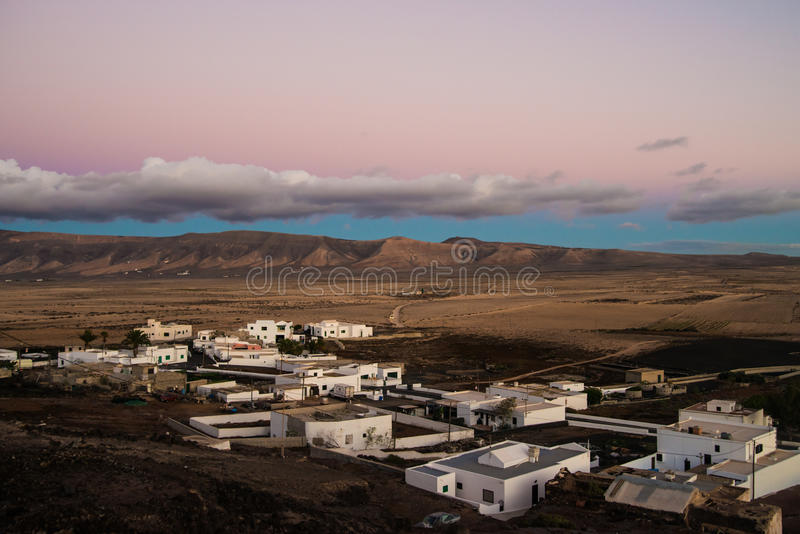 与桃红色日落的城市视图 库存图片