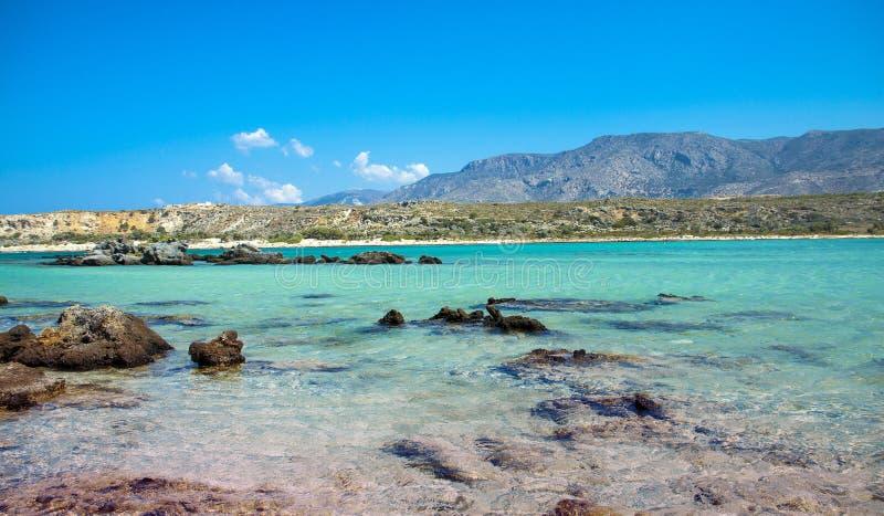 与桃红色沙子的Elafonisi海滩在克利特,希腊 免版税库存照片