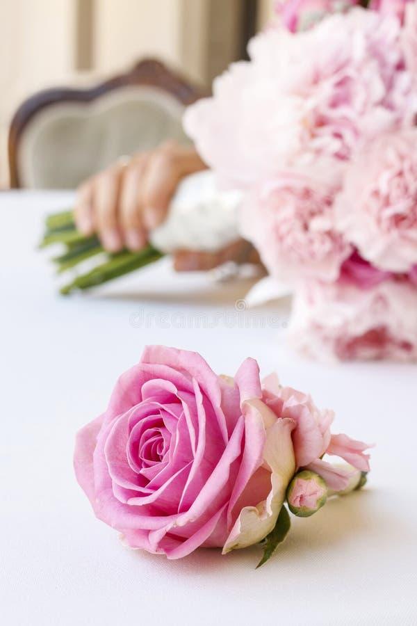 与桃红色牡丹、康乃馨和玫瑰的婚礼花束 库存图片
