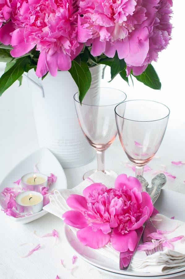 与桃红色牡丹的欢乐桌设置 免版税图库摄影