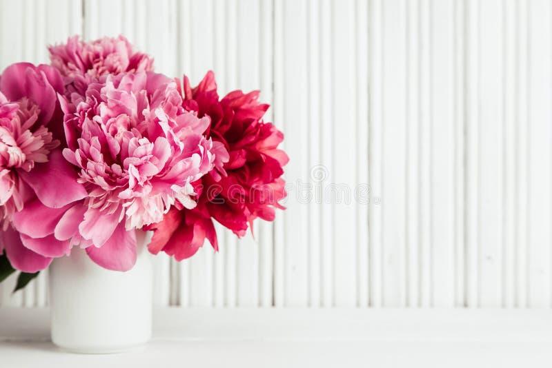 与桃红色牡丹花的母亲节背景 免版税库存照片