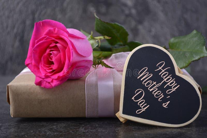 与桃红色玫瑰的母亲节礼物 库存图片