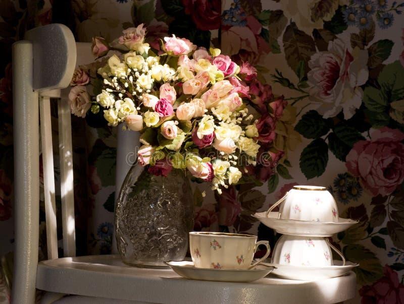 与桃红色玫瑰的茶杯 图库摄影